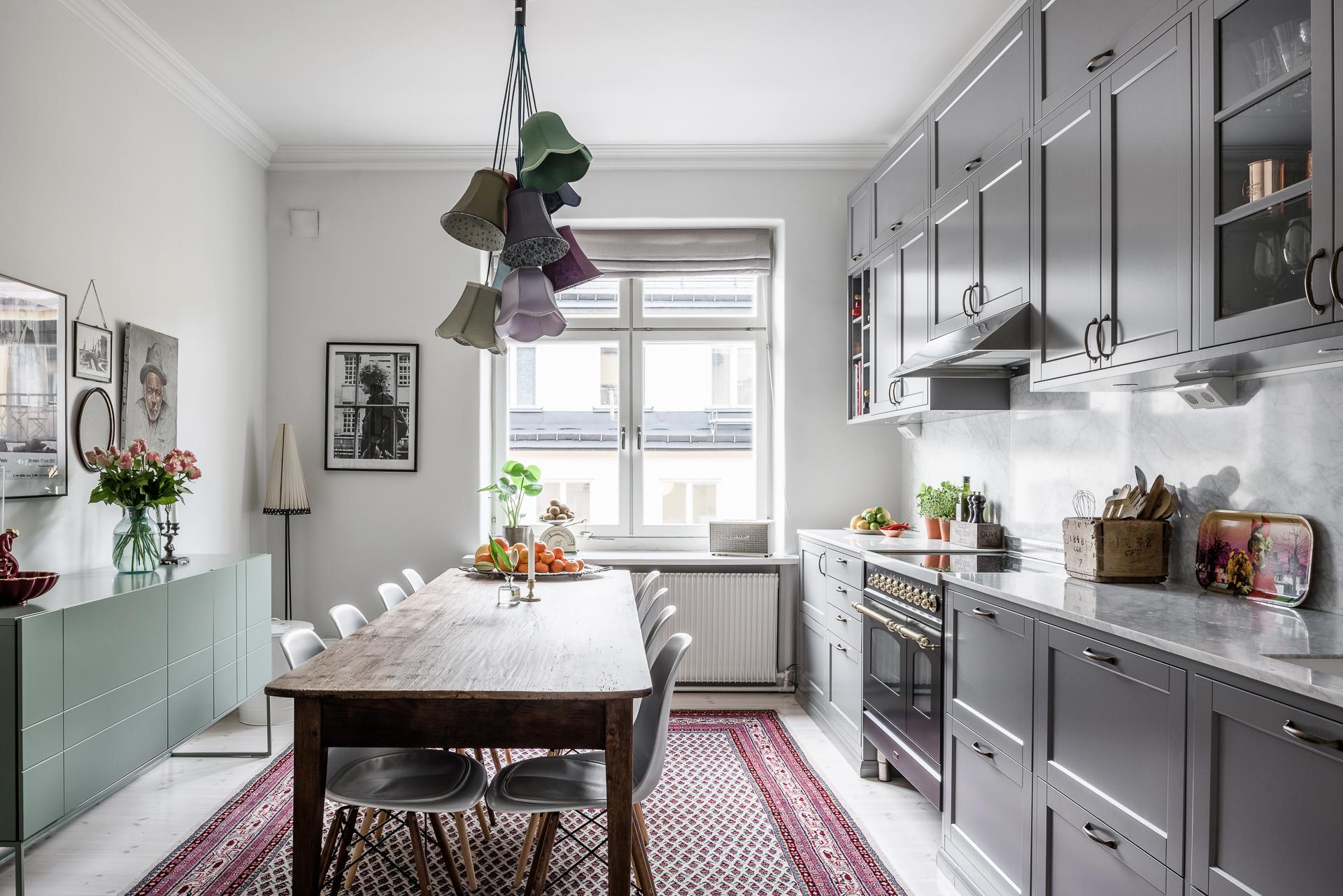 кухня мебель серые фасады стол комод ковер