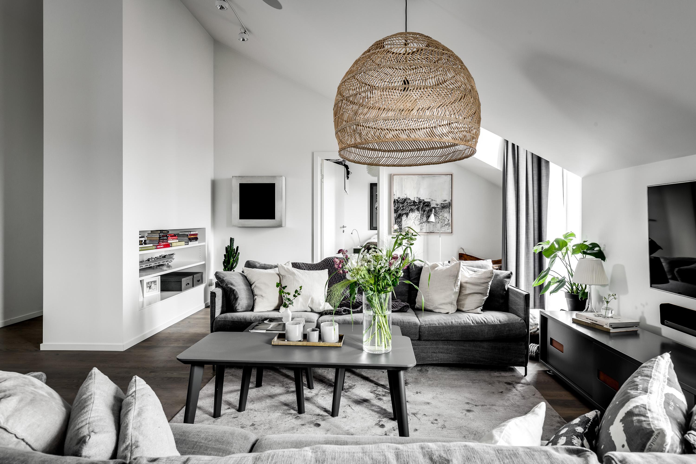 мансарда гостиная белые стены темный пол высокий потолок