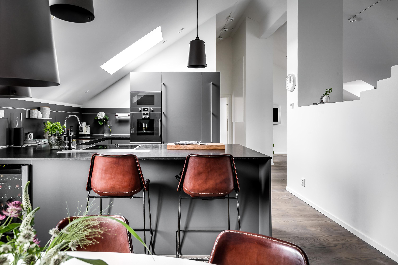 Кухня остров барные стулья