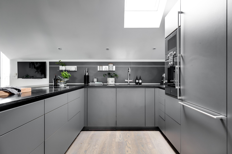 кухонная мебель серые фасады черная столешница светлый пол