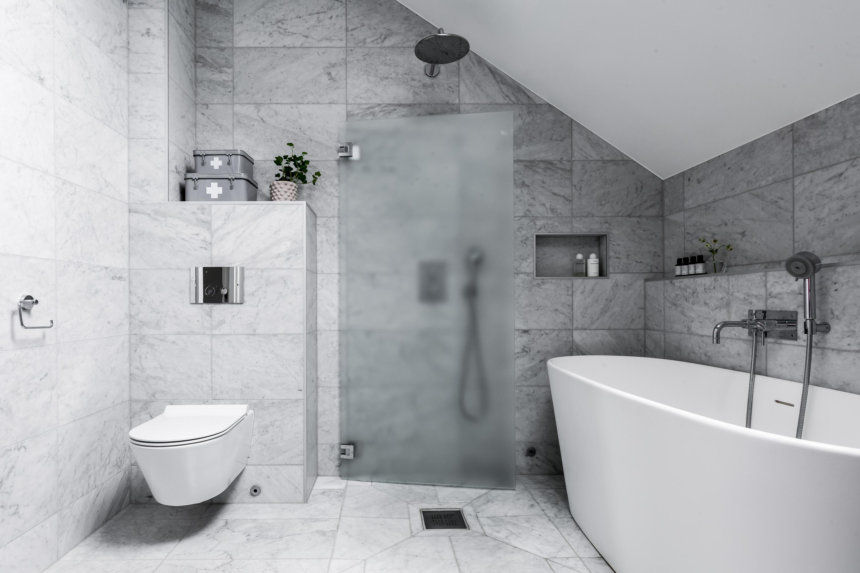мансарда ванная комната подвесной унитаз серая мраморная плитка ванна душевая стеклянная перегородка трап