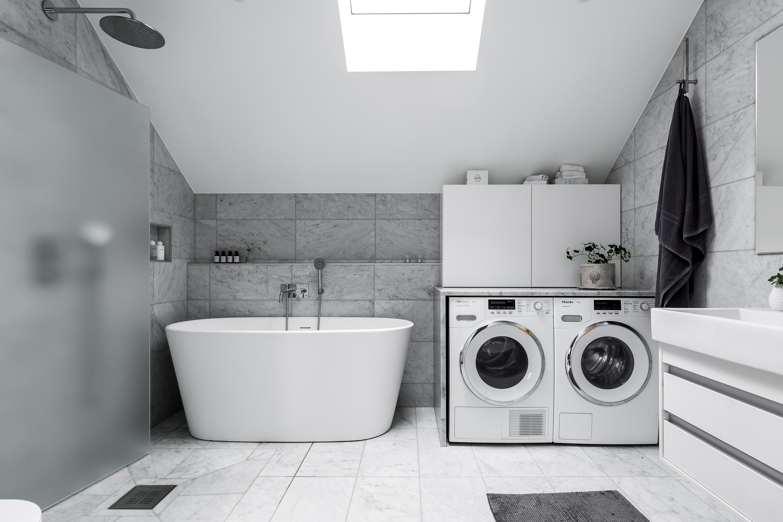 мансарда ванная комната ванна серая мраморная плитка стиральная сушильная машина