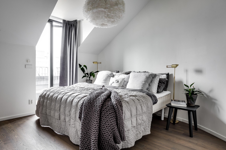 мансарда спальня балкон двери кровать текстиль