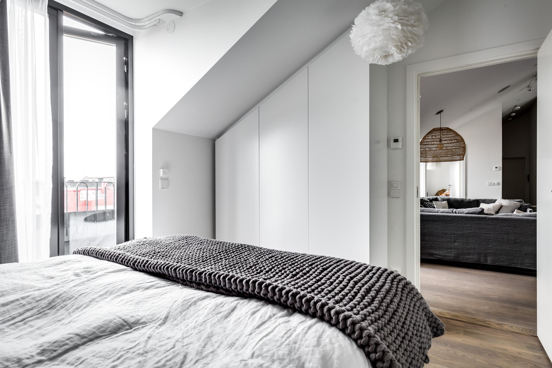 мансарда спальня встроенный шкаф