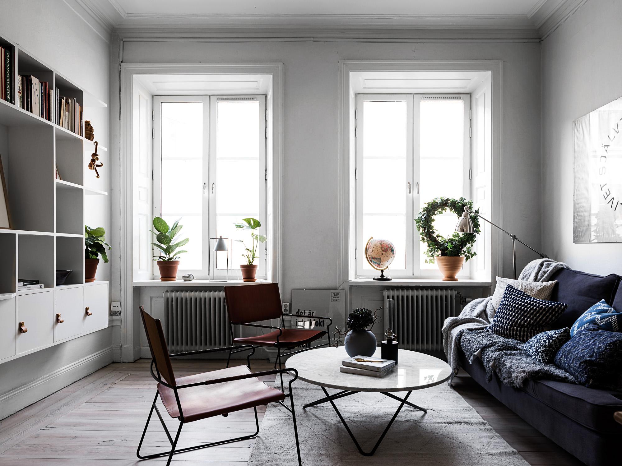 гостиная диван подушки кресла стеллаж окна