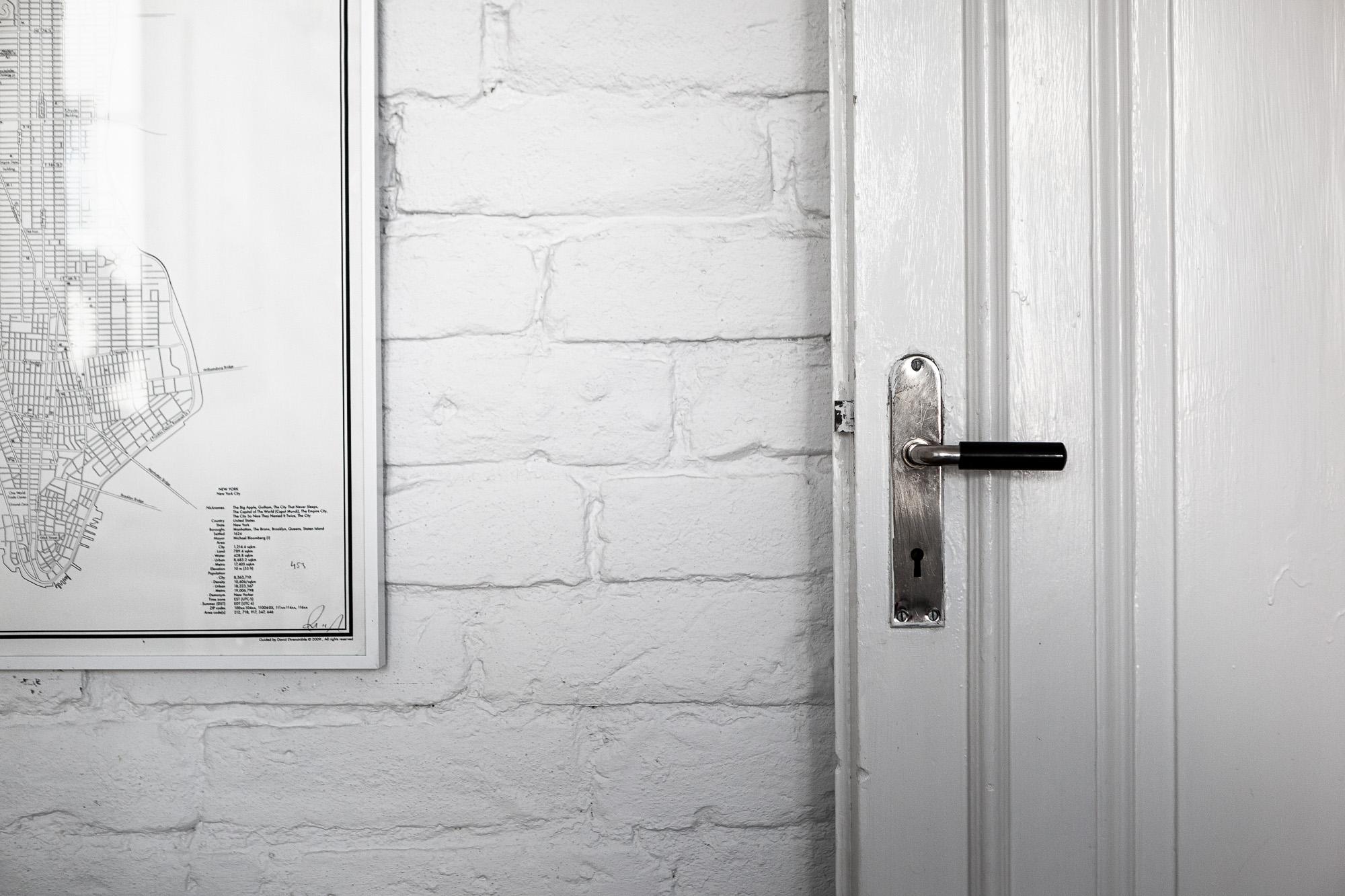 белая стена кирпич дверная ручка