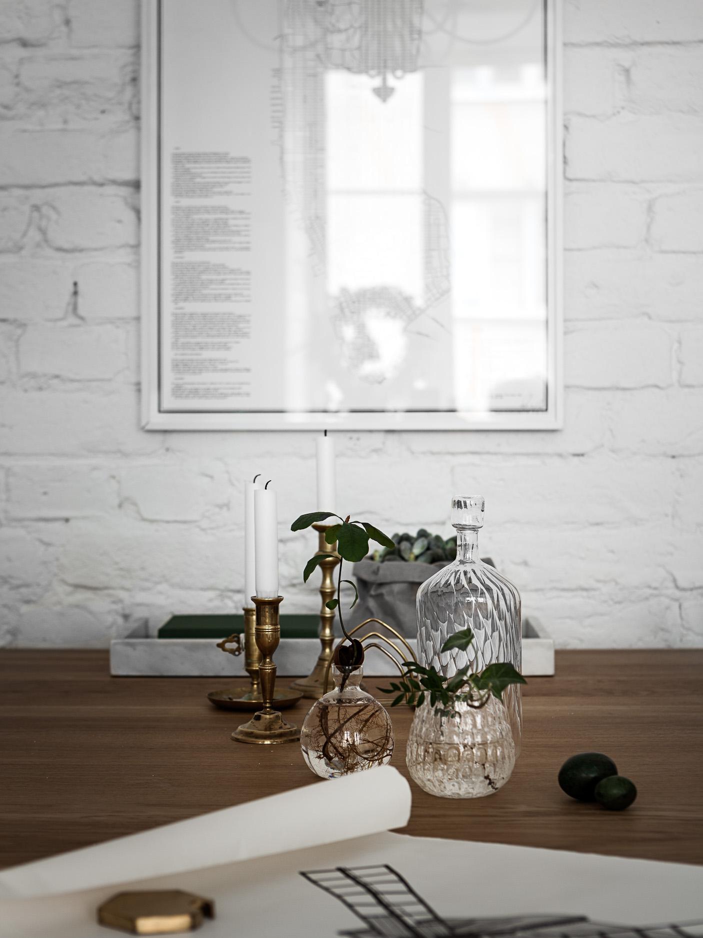 белая кирпичная стена стол