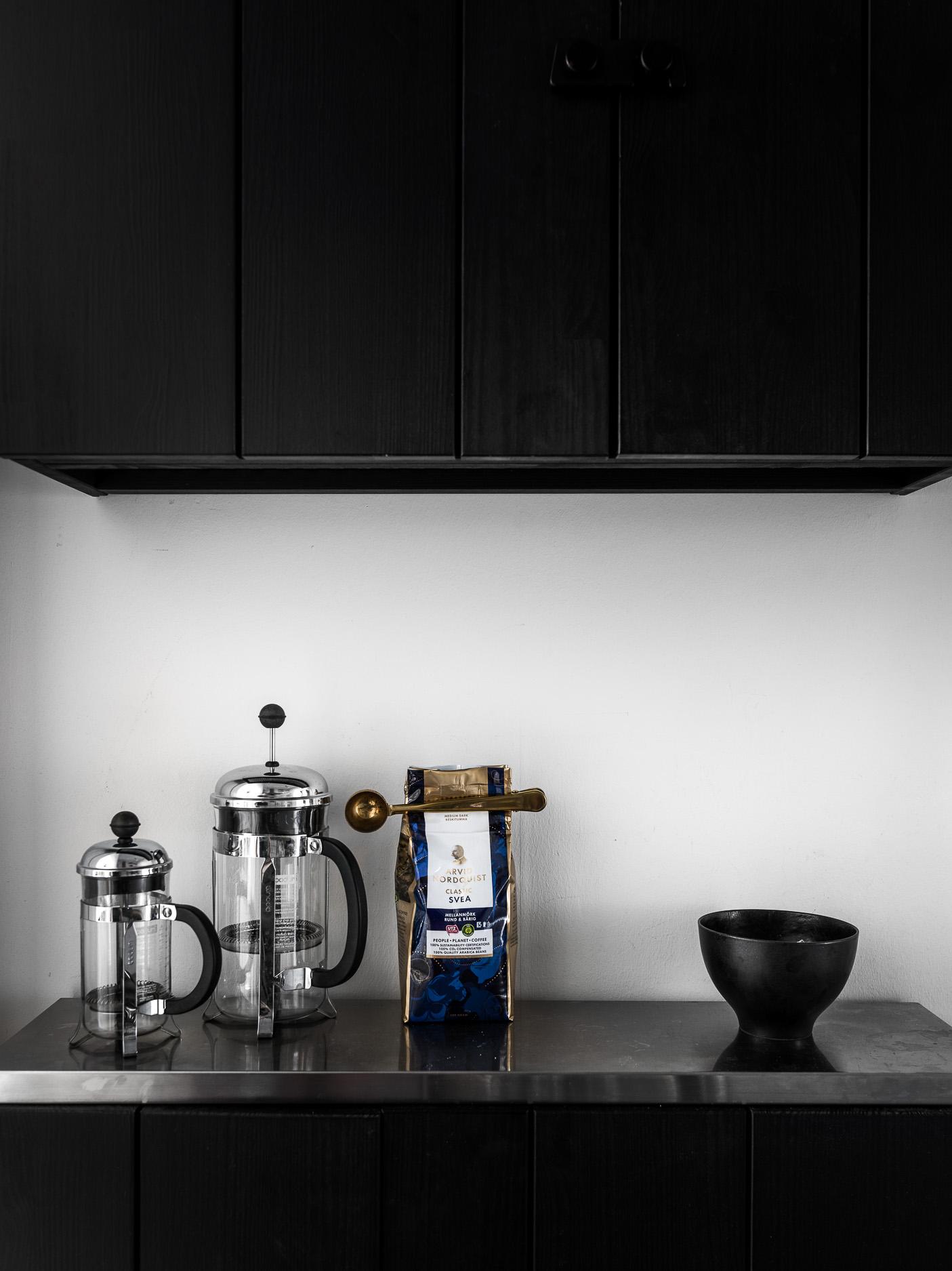 кухонная мебель коричневые фасады кофе пресс