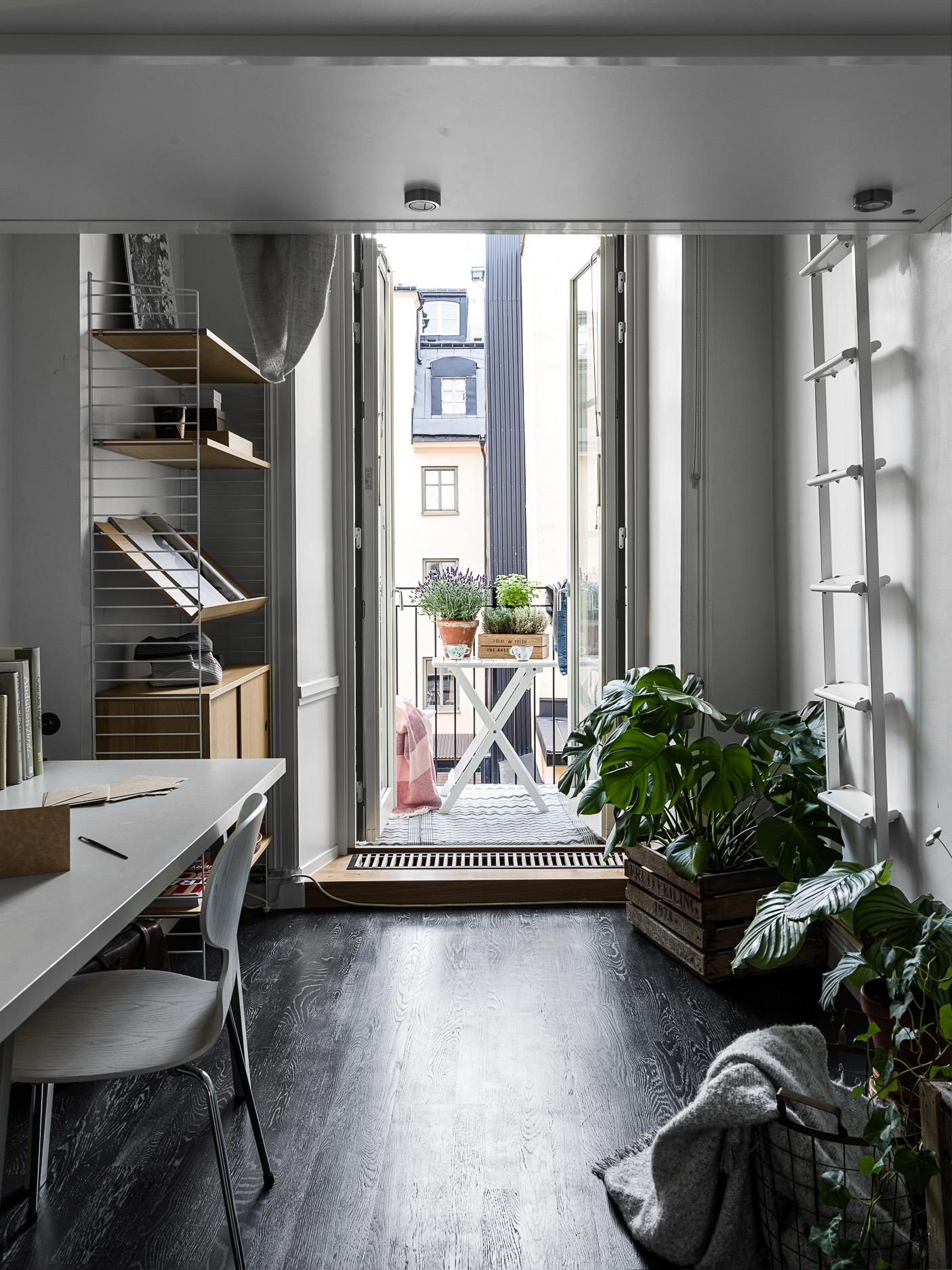 спальня кабинет антресоли кровать лестница стеллаж комнатные растения балкон порог конвектор