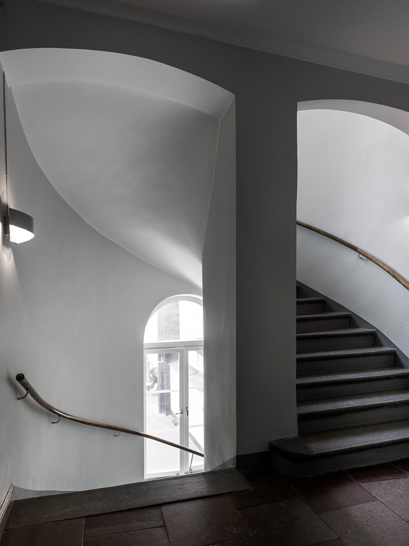 подъезд лестница перила ступени арочное окно