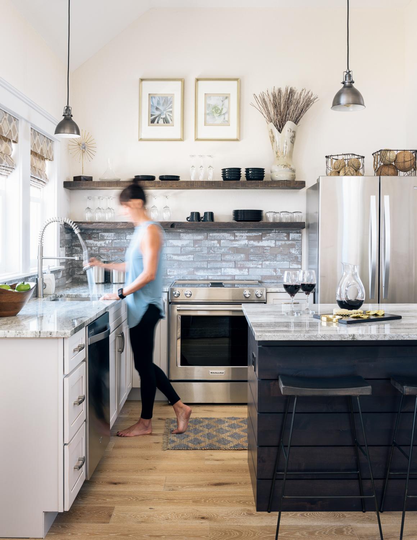 кухня остров кухонные полки холодильникам столешница окно мойка смеситель плита