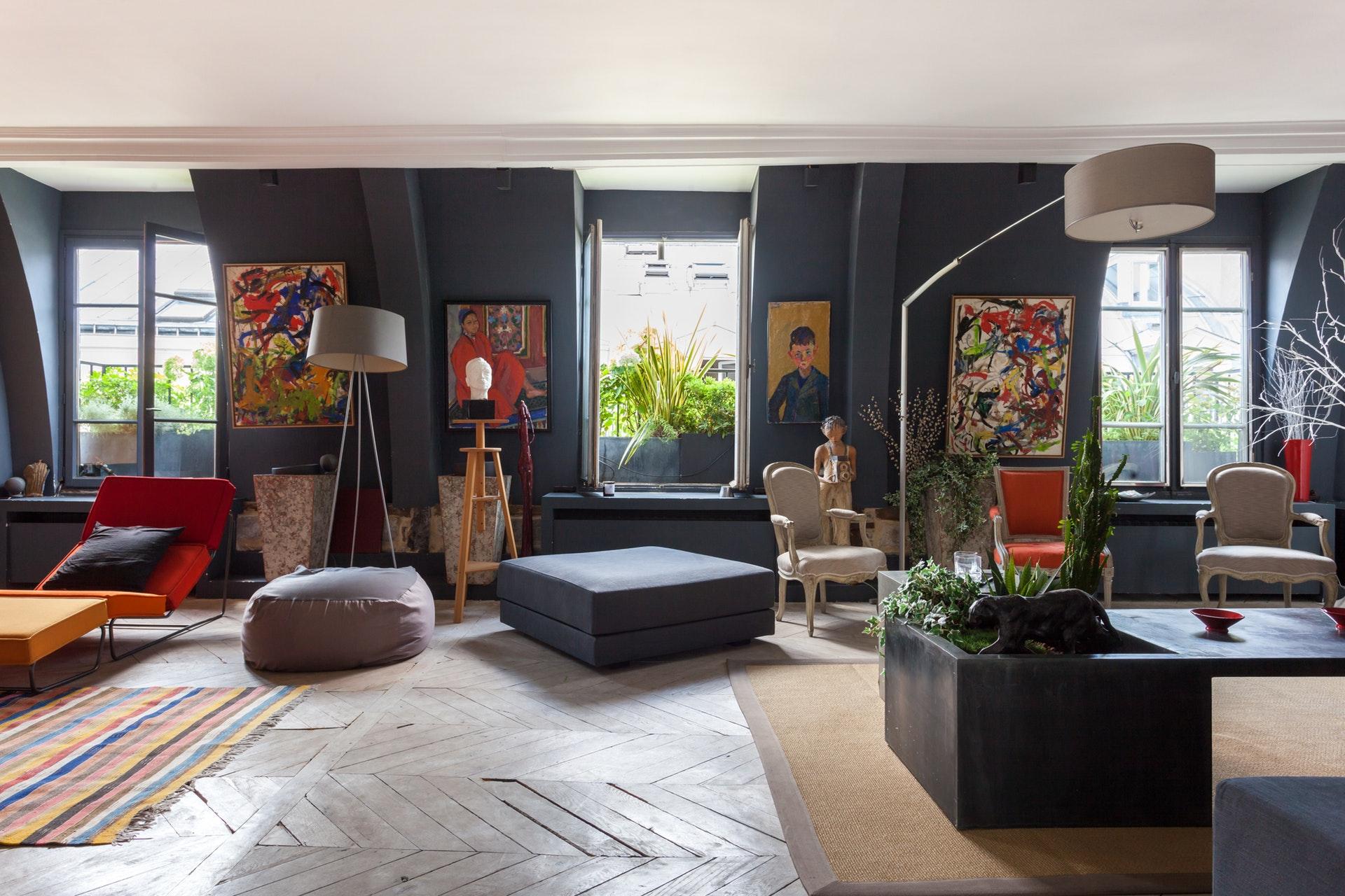 гостиная мансарда серые стены окна светлый пол паркет елочка ло