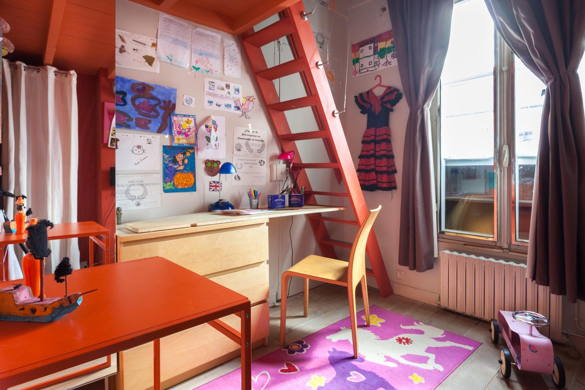 детская комната окно антресоли лестница