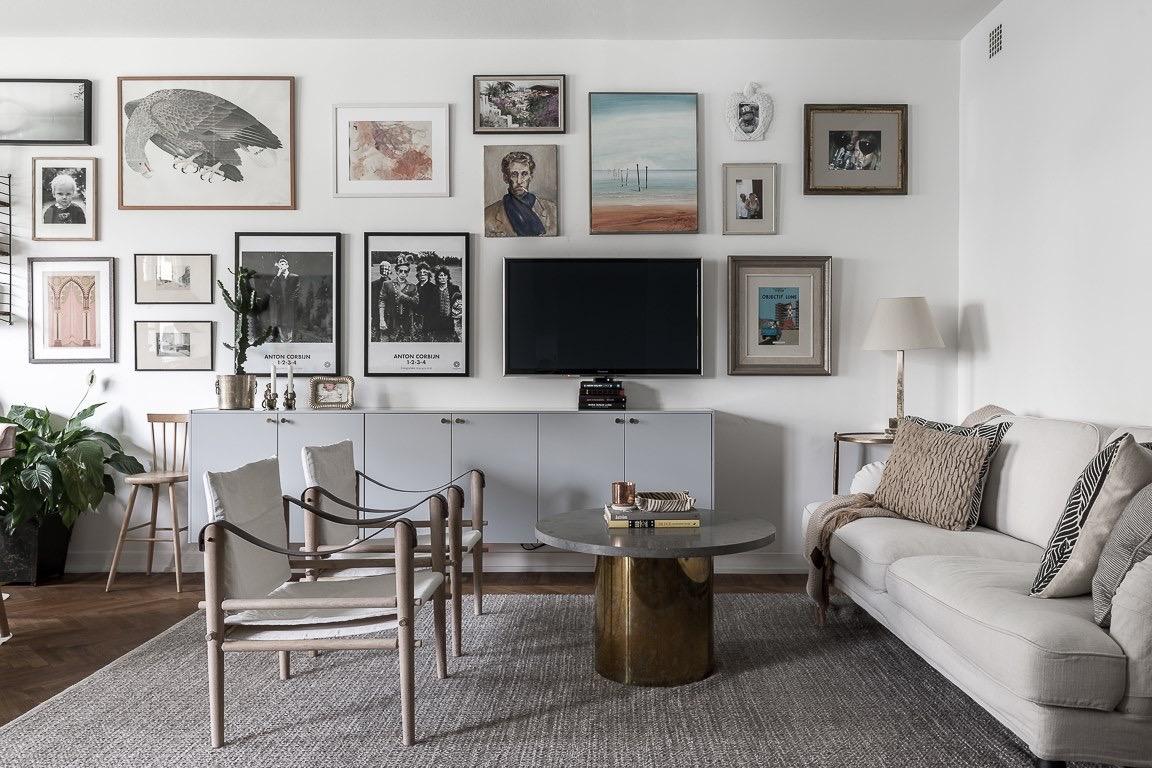 гостиная телевизор подвесные шкафы картины диван кресла ковер