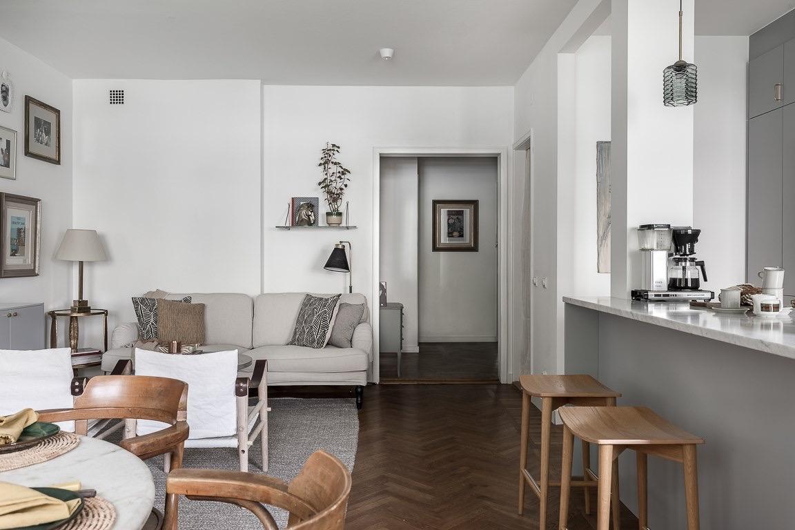 гостиная кухня остров барные стулья диван кресло