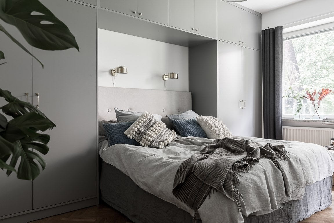 спальня кровать изголовье подвесные шкафчики прикроватные шкафы текстиль