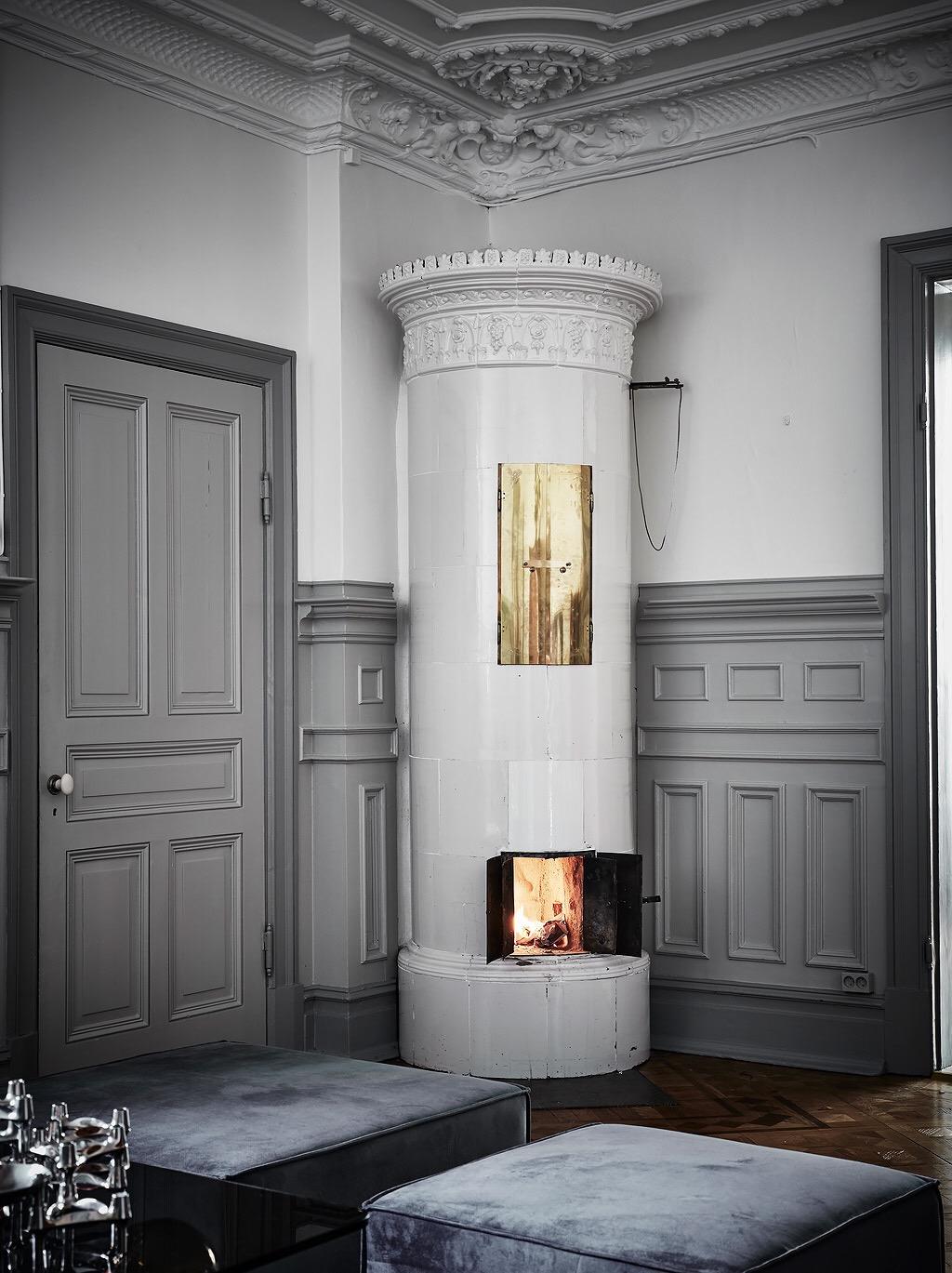 потолок лепнина стеновые панели серая дверь наличники скандинавская израсцовая печь