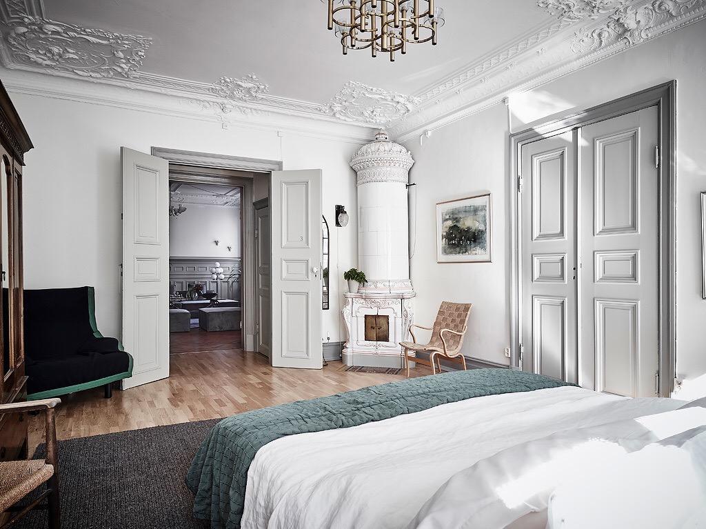 спальня распашные двери потолок лепнина карниз израсцовая печь