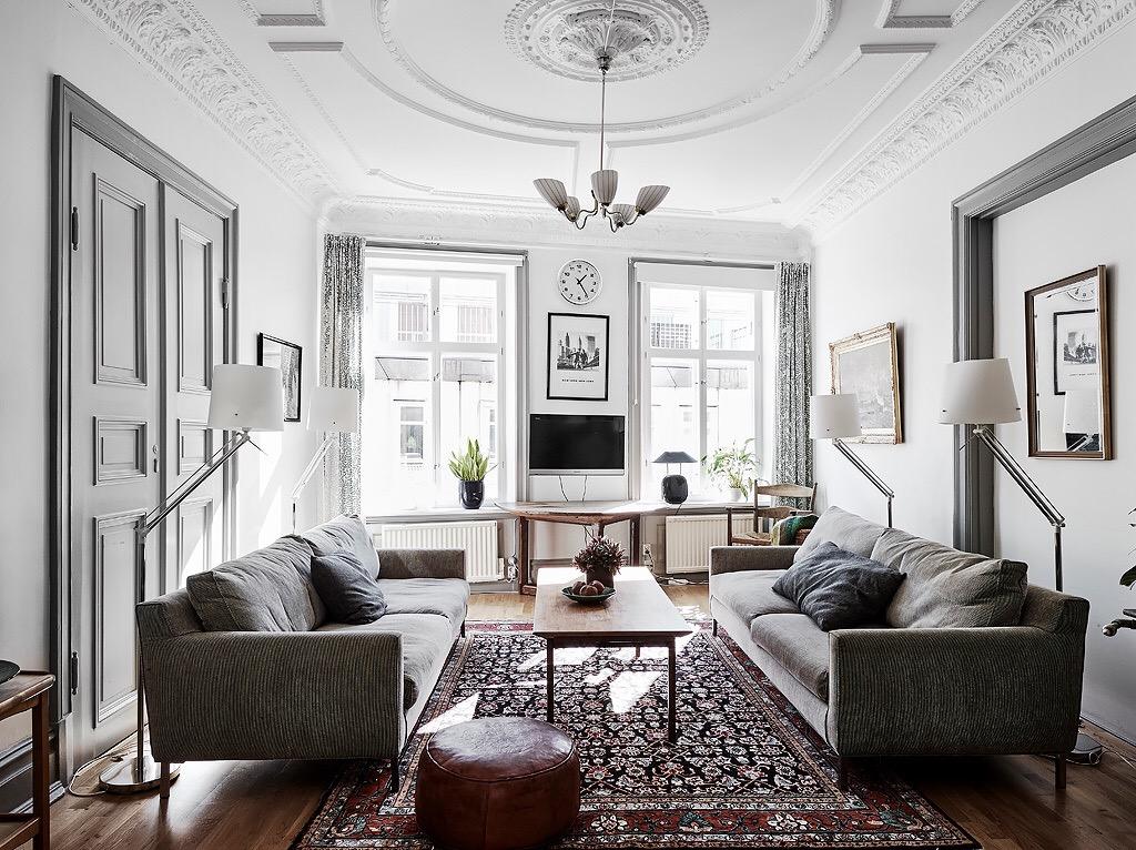 гостиная комната пуфик серые диваны торшеры телевизор ковер столик окна