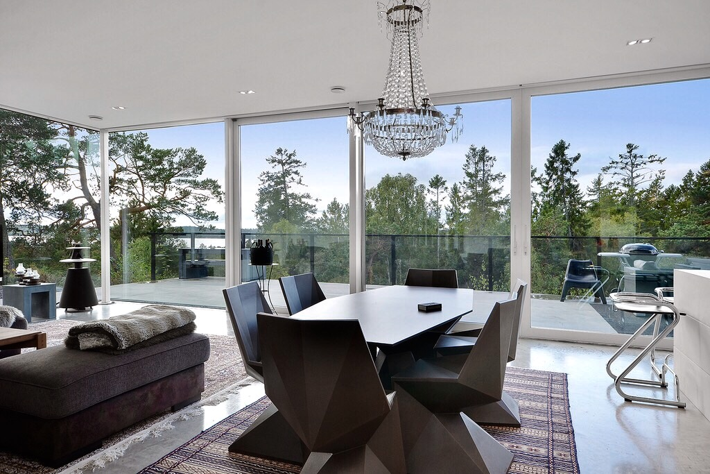 гостиная стол стулья ковер хрустальная люстра