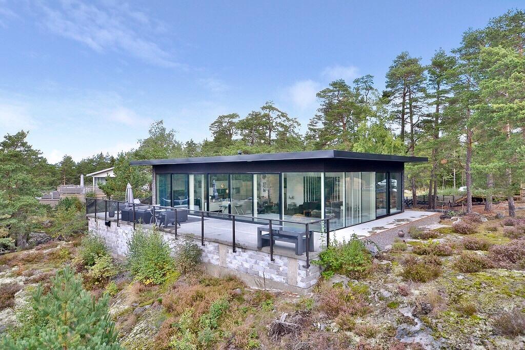 одноэтажный загородный дом с панорамным остеклением и террасой