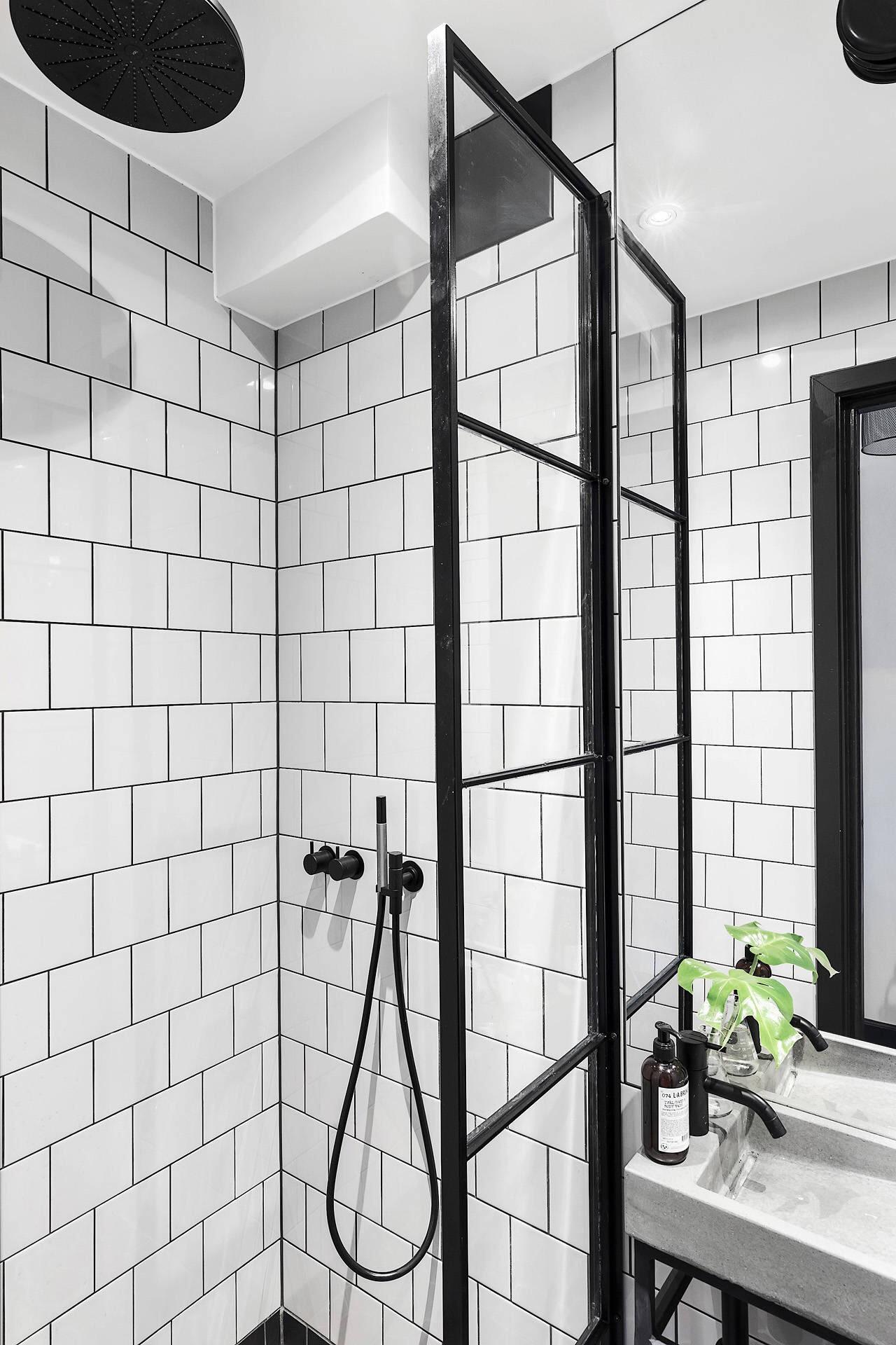 санузел душ сварная стеклянная перегородка белая квадратная плитка