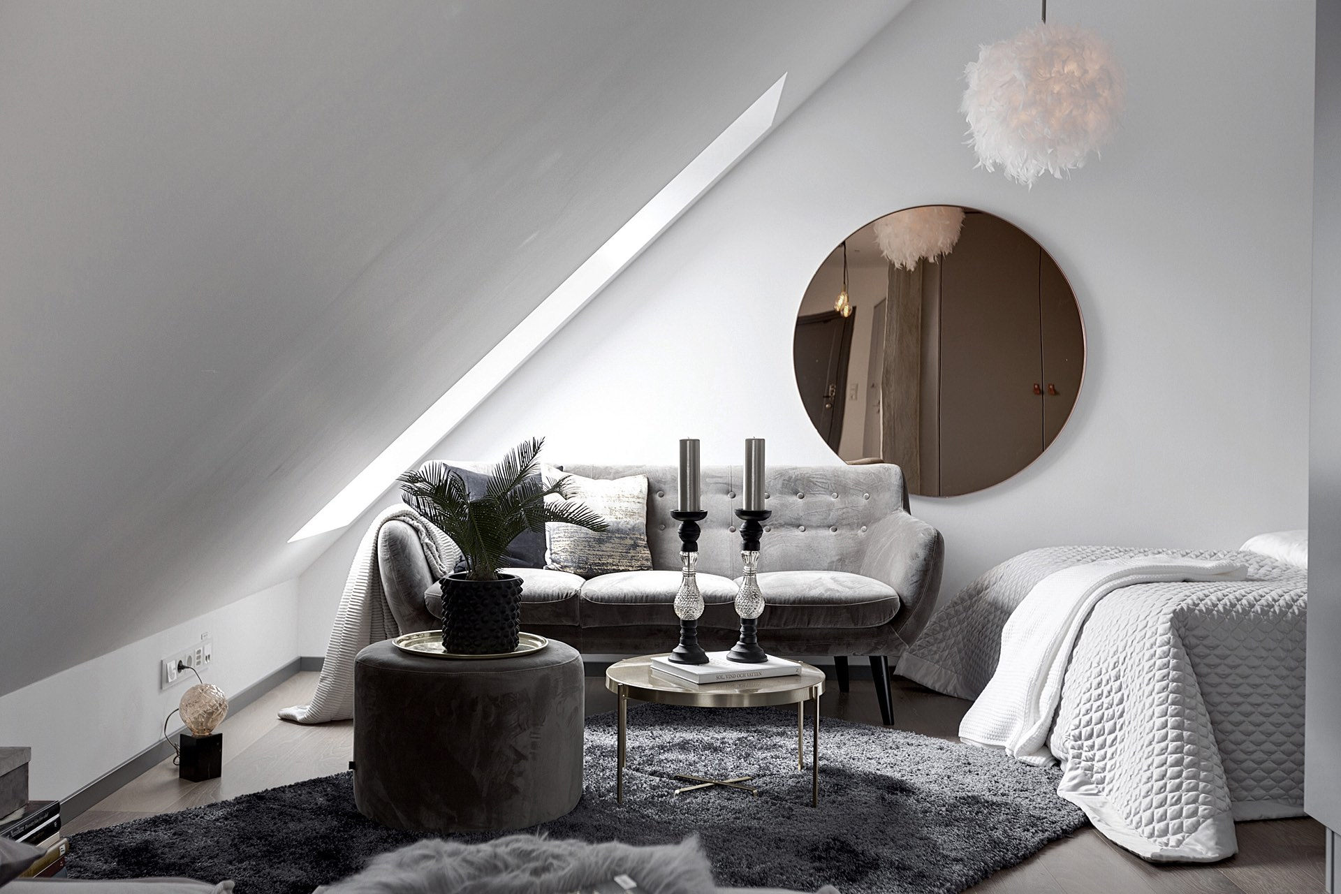 комната диван столик круглое зеркало лампа перья ковер кровать