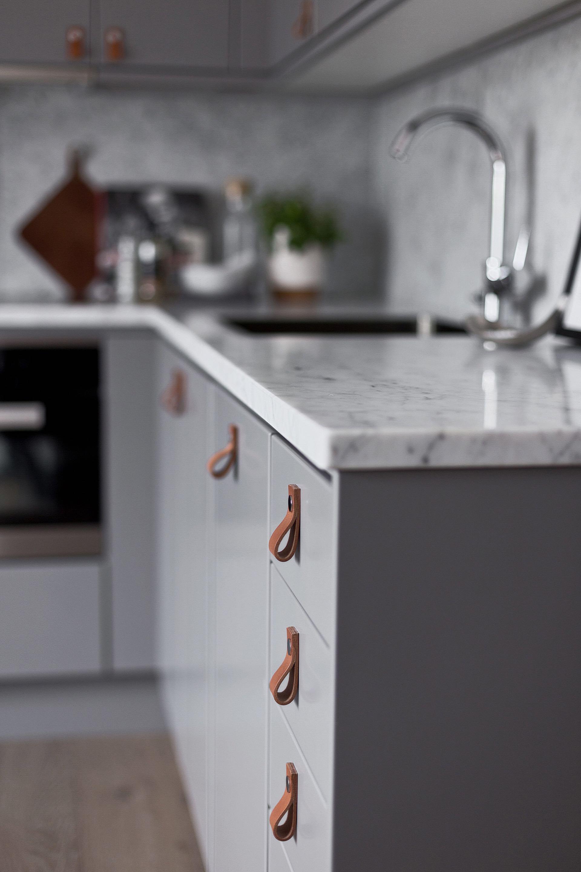 кухонная мебель серые фасады белая столешница кожаные мебельные ручки