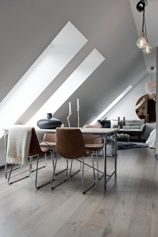 мансарда окно обеденный стол стулья светлый пол