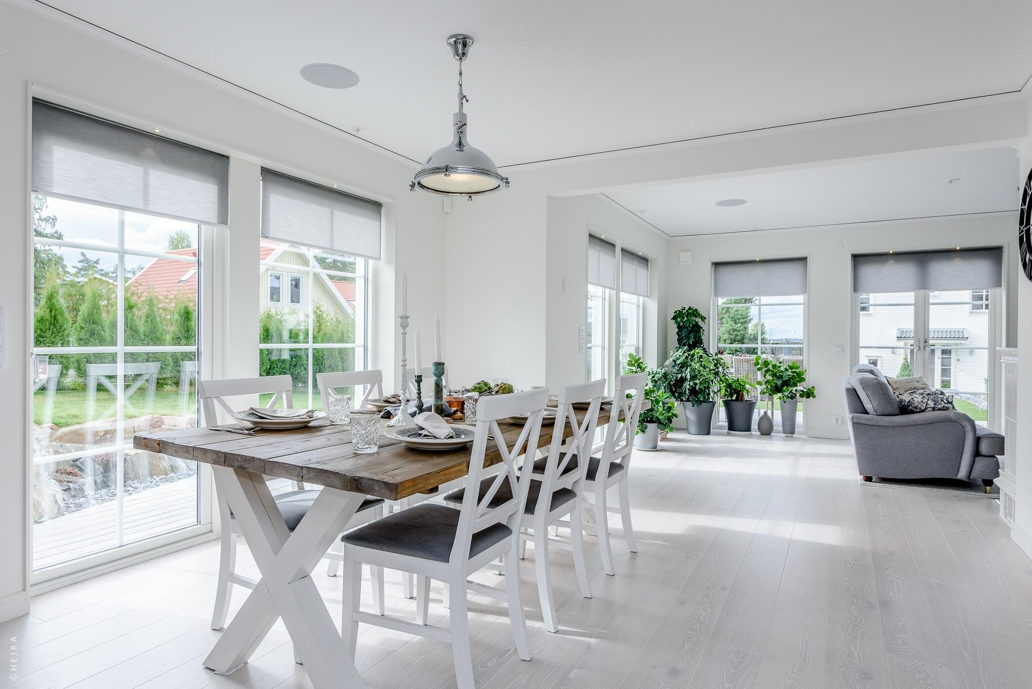 панорамное остекление обеденный деревянный стол белые стулья половая доска