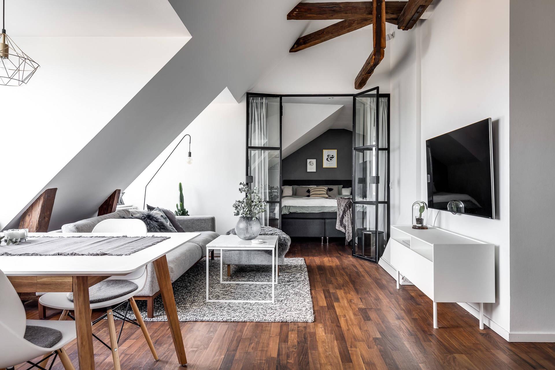 мансарда гостиная диван телевизор сварная стеклянная перегородка спальня