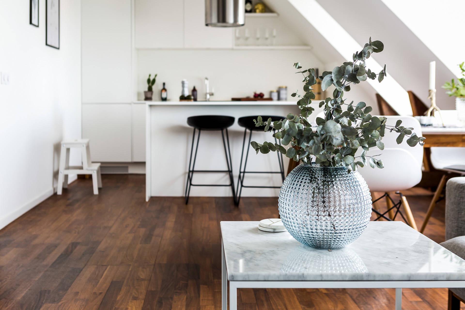 кухня остров барные стулья ваза