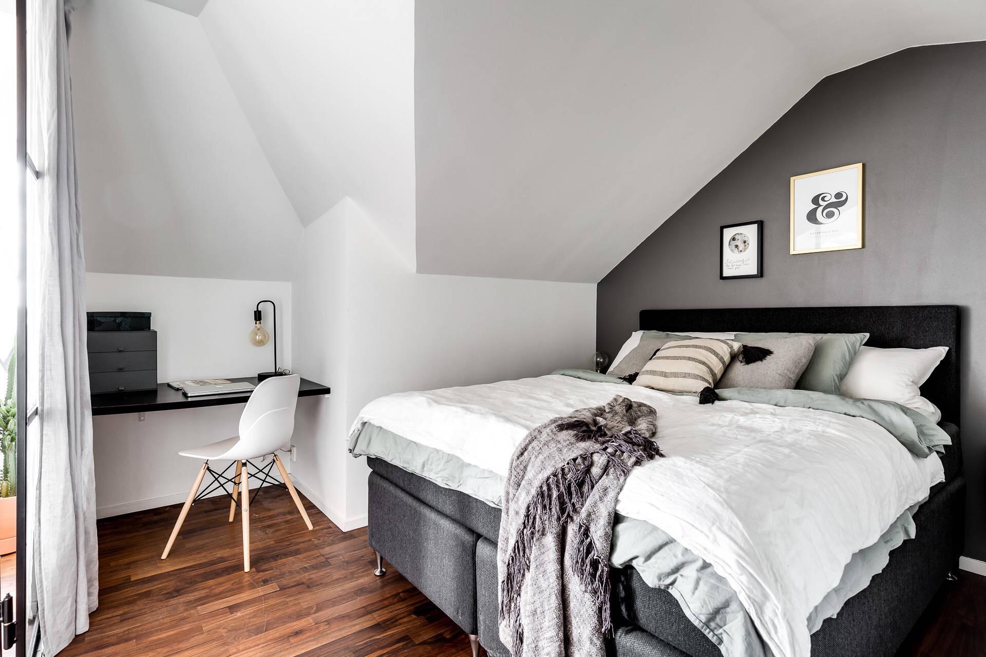 мансарда спальня кровать изголовье текстиль подушки рабочее место