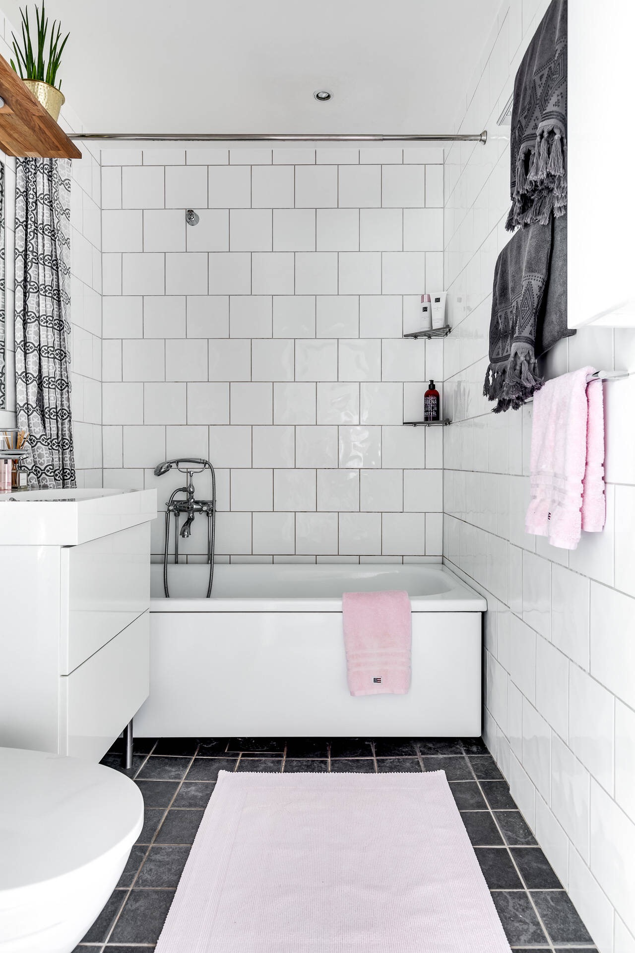 санузел ванная комната раковина комод белая квадратная плитка