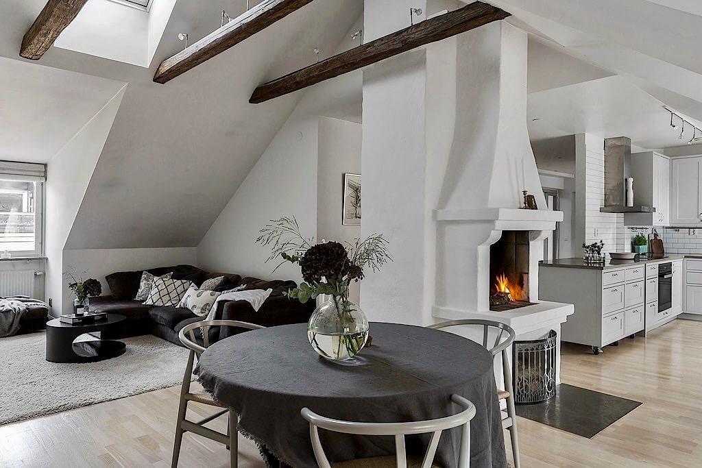 круглый стол скатерть стулья камин дрова