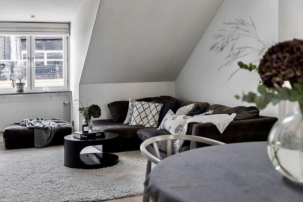 мансарда окно диван ковер пуф круглый столик