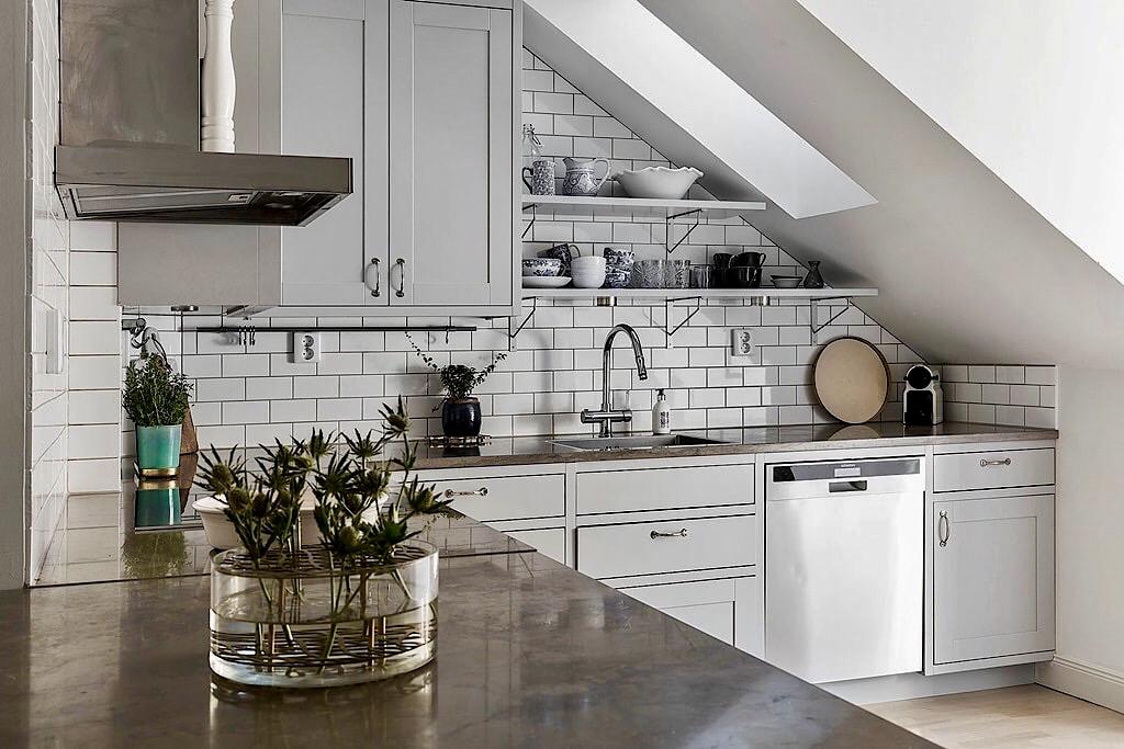 мансарда окно кухонная мебель мраморная столешница плитка кабанчик