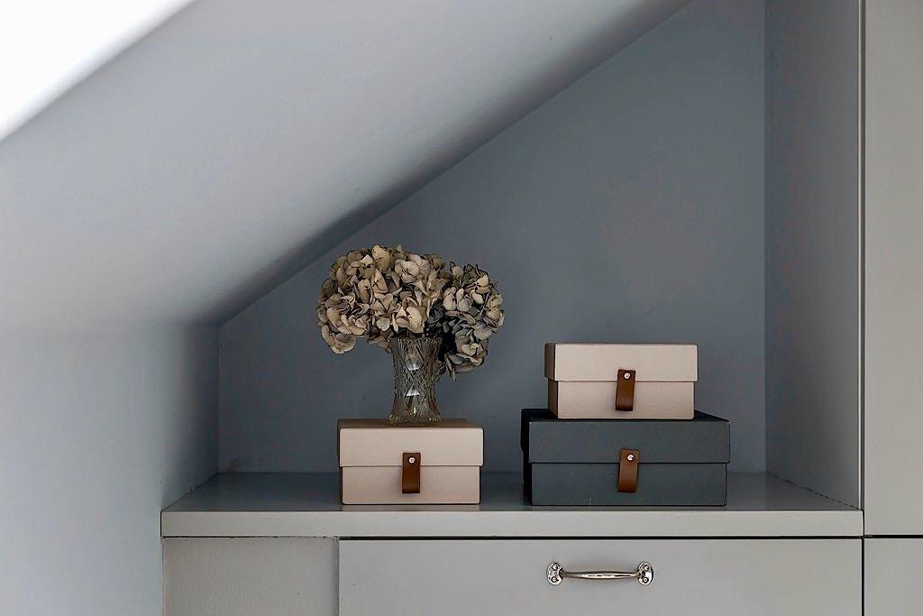 мансарда ниша комод коробки кожаные мебельные ручки ваза гортензия