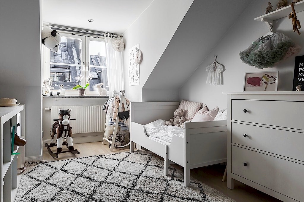 мансарда детская комната раздвижная кровать текстиль подушки стеллаж комод игрушки ковер