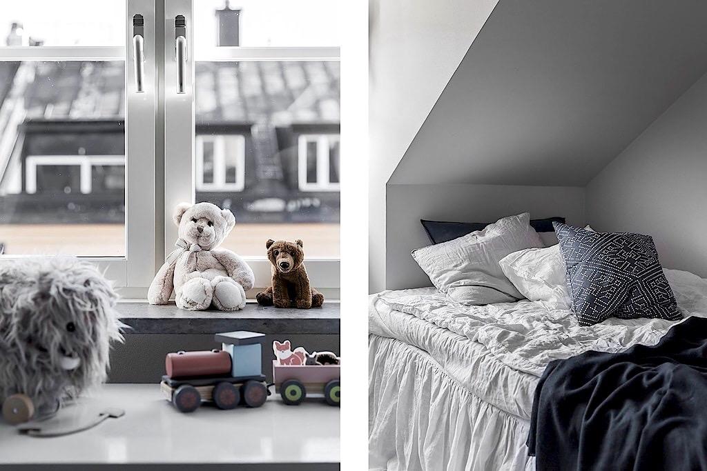 детская комната кровать текстиль подушки окно подоконник игрушки