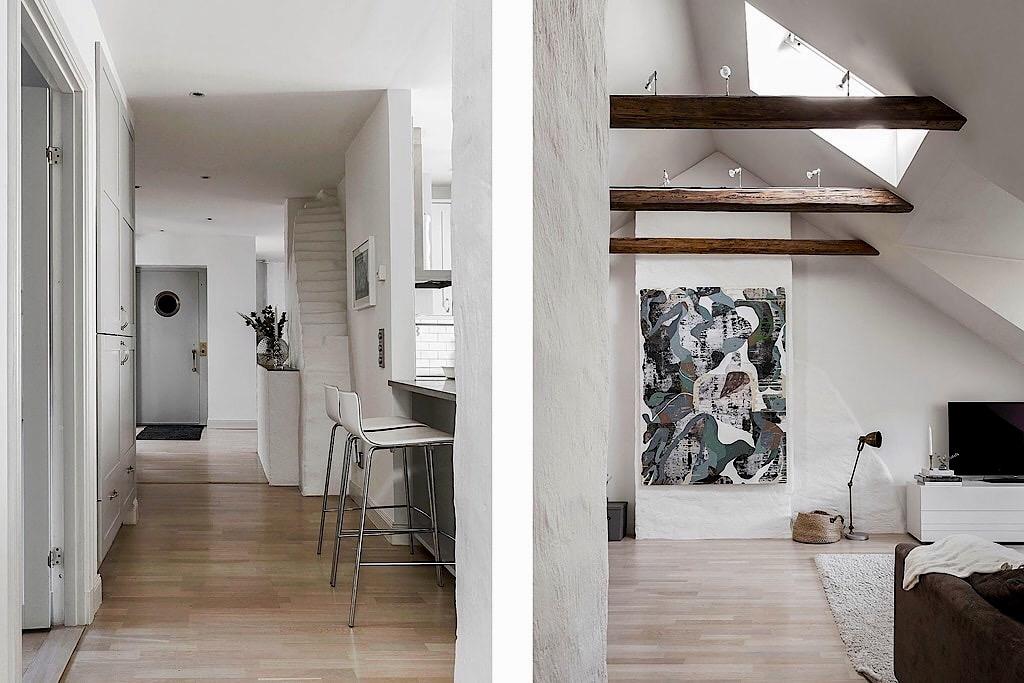 мансарда коридор встроенный шкаф высокий потолок балки окно