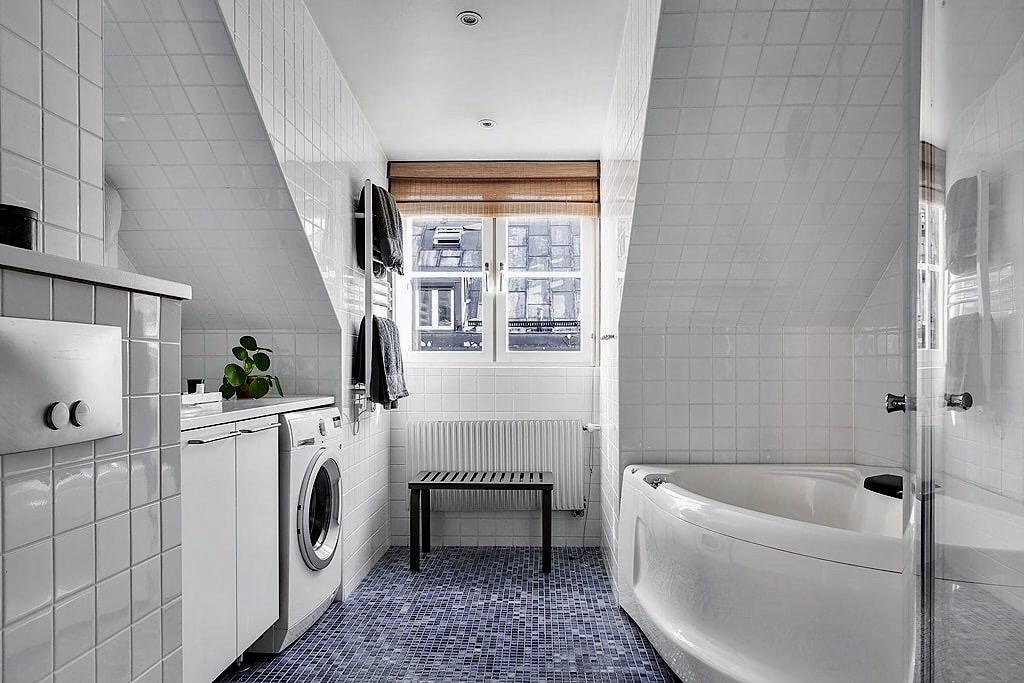 ванная комната окно мансарда полотенцесушитель стиральная сушильная машина