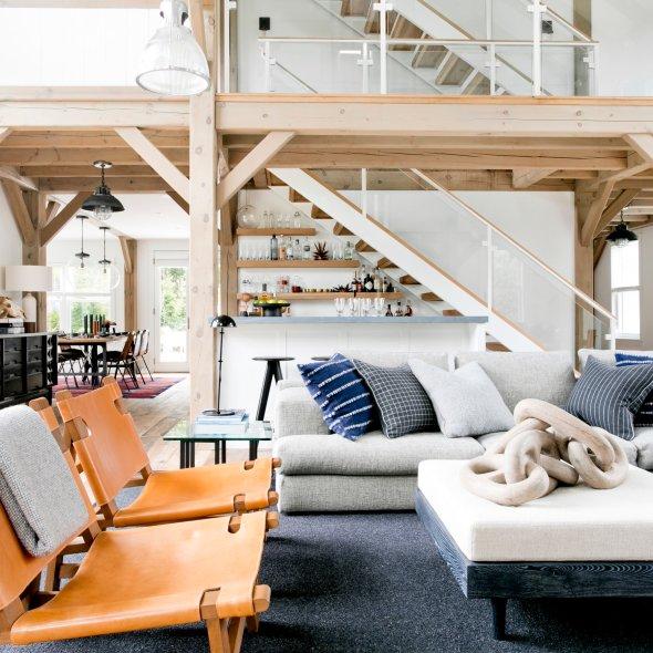 гостиная высокий потолок второй свет лестница бар диван подушки кресло