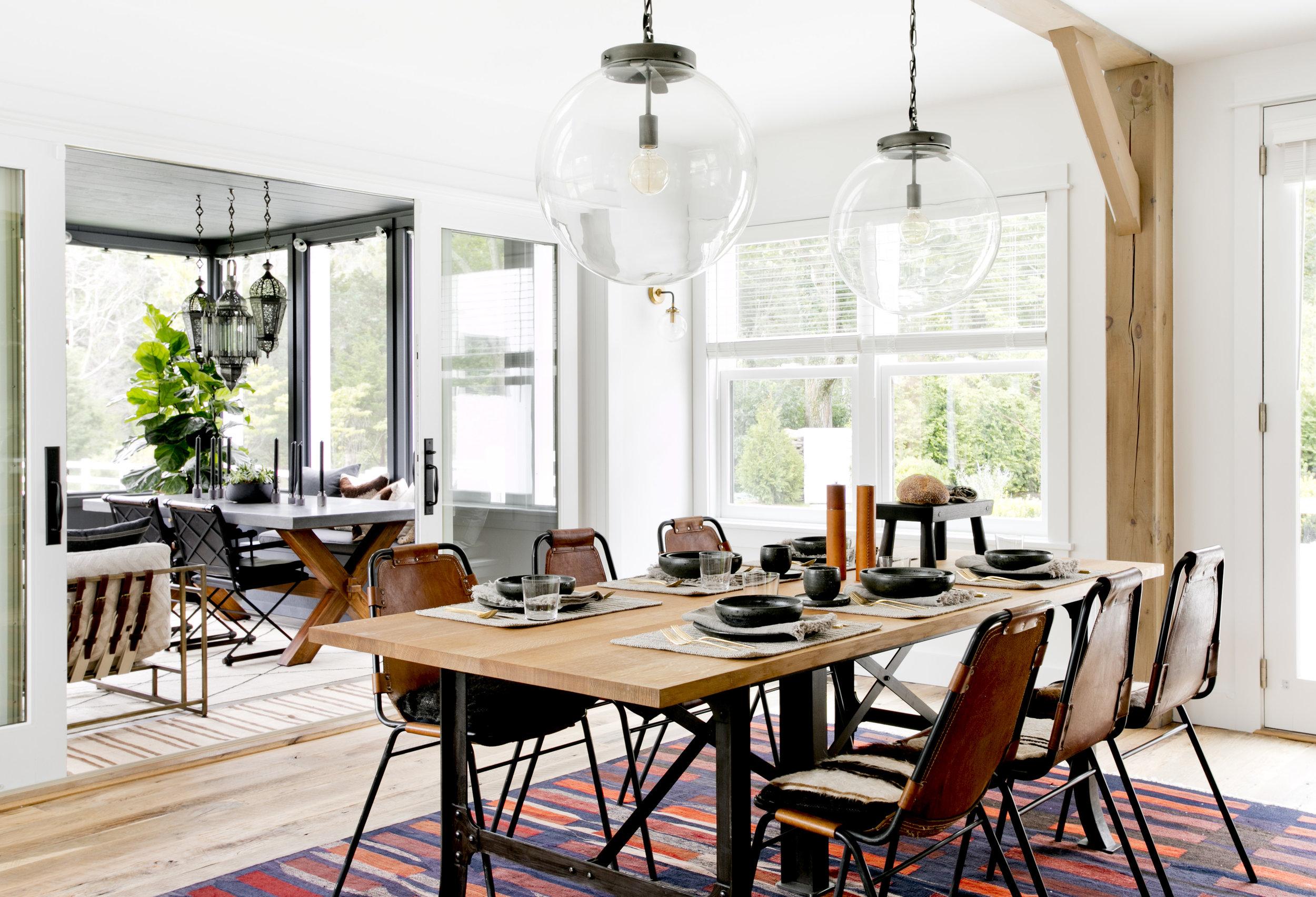обеденный стол кожаные стулья сервировка веранда