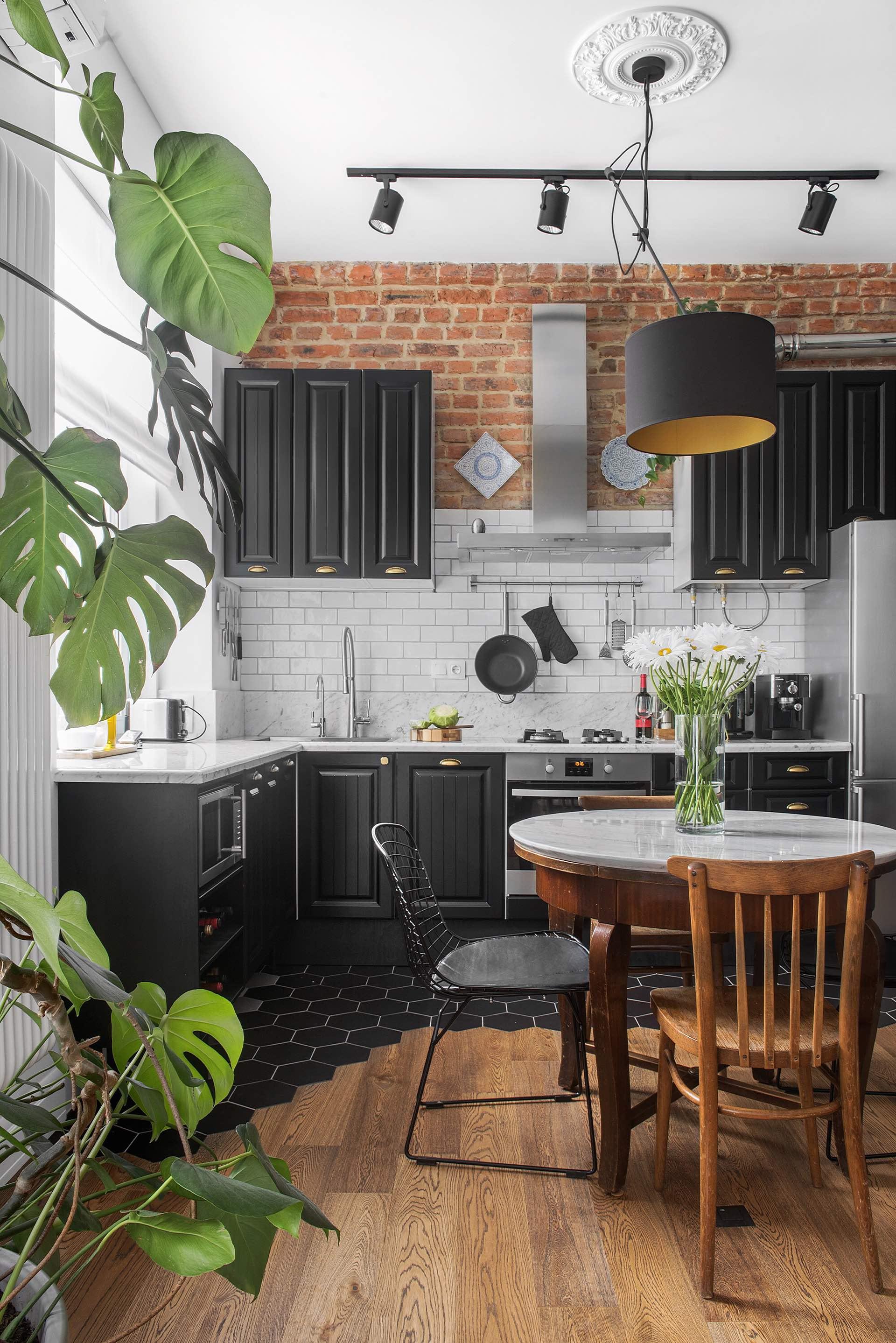 кухня кирпич белая плитка кабанчик ретро столешница мрамор коричневые фасады филёнка круглый обеденный стол стулья