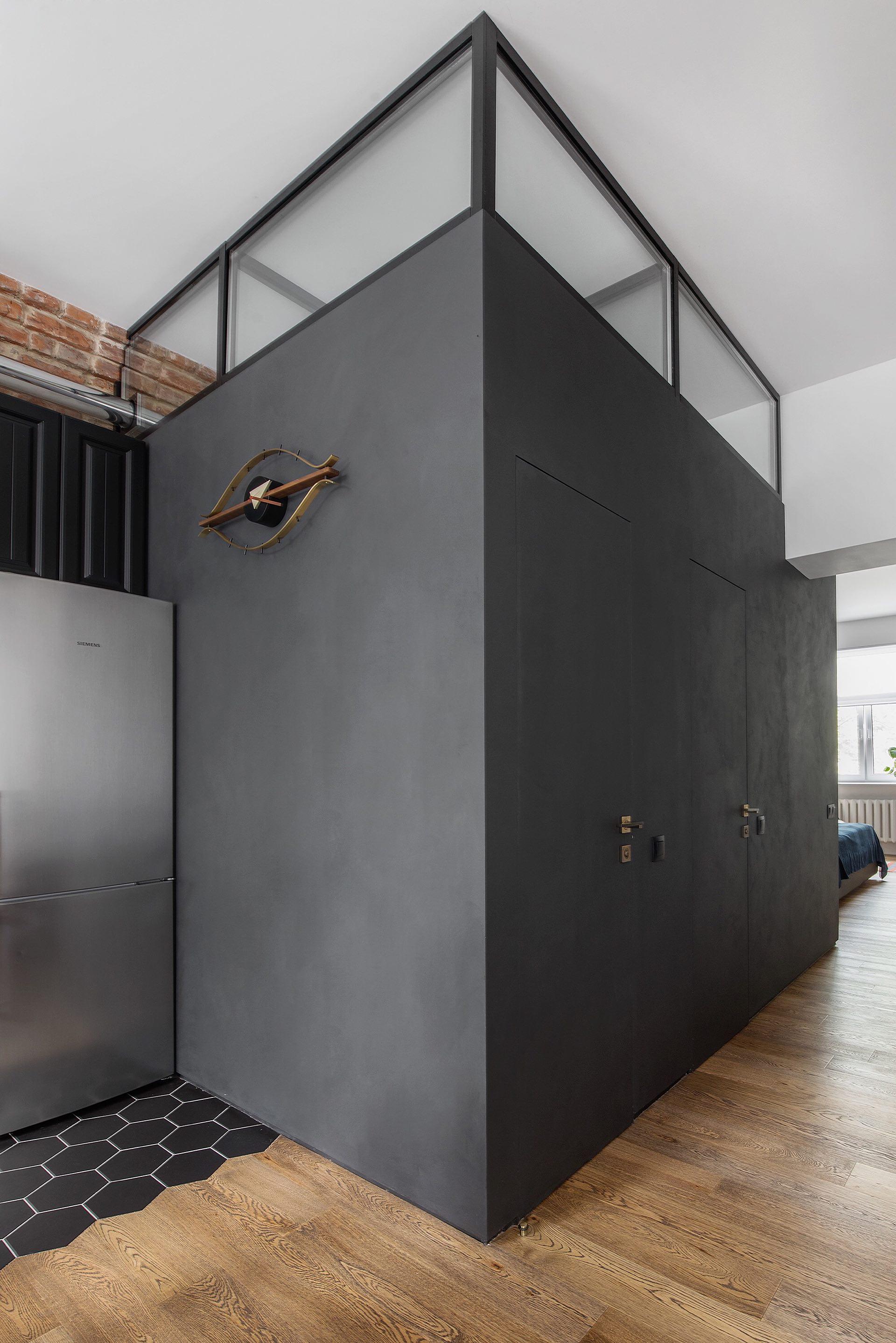 холодильник черные серые стены двери