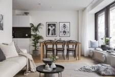гостиная кухня обеденный стол стулья подоконник подушки диван