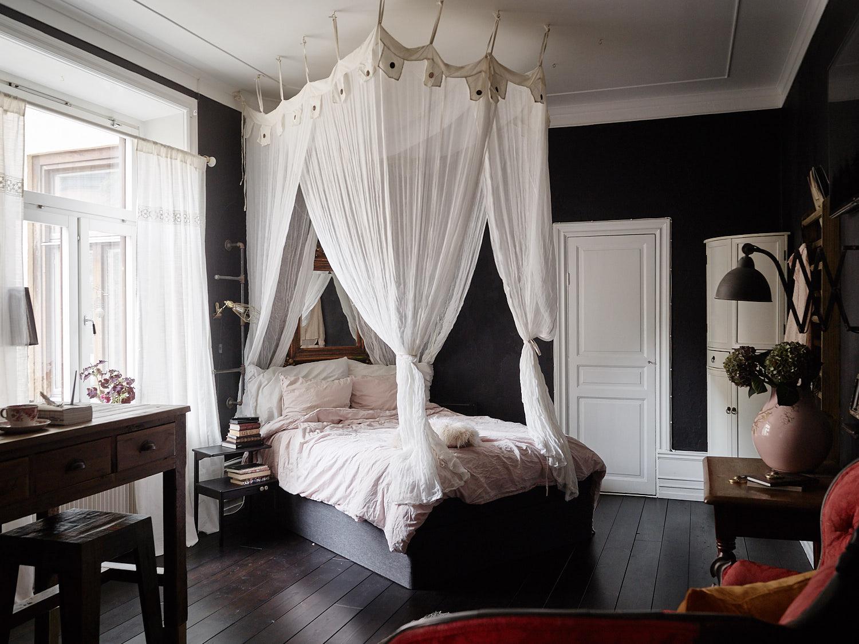 черные стены кровать с балдахином