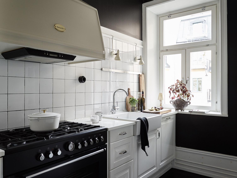 кухня белая квадратная плитка плита вытяжка купол мойка смеситель