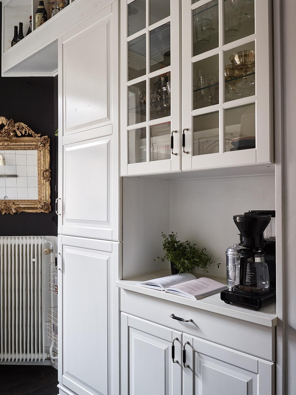 кухонная мебель встроенный холодильник белые фасады филёнка